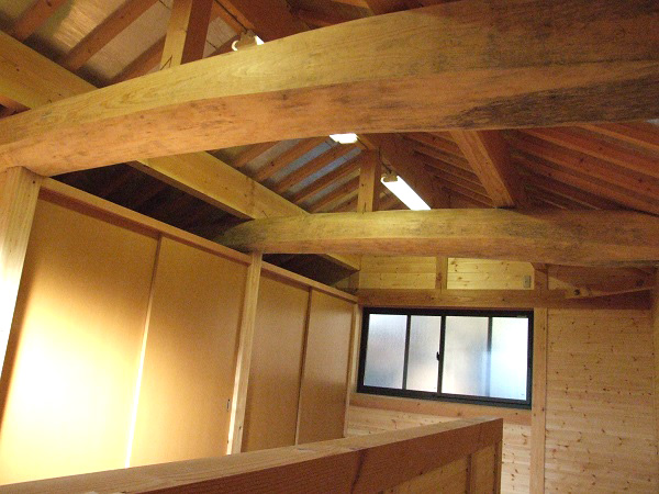 丸太の梁や無垢の床材を使用