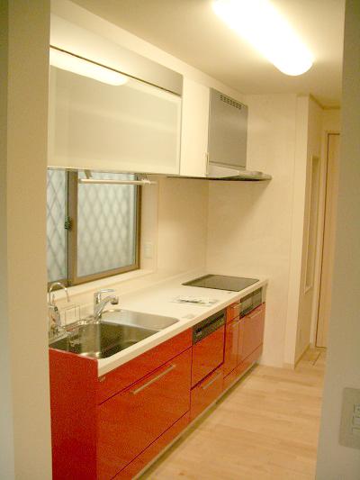 白い空間に映える真紅のキッチン